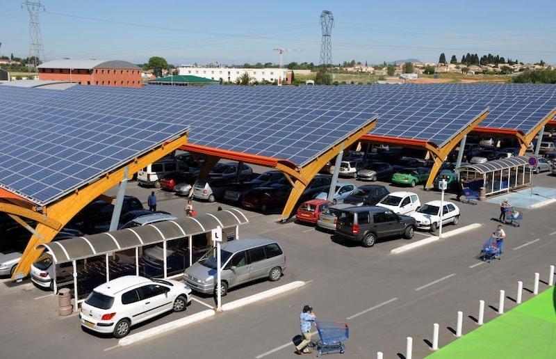 Exemple d'un projet de production d'électricité par des panneaux photovoltaïque installés sur le toit d'un parking de supermarché.